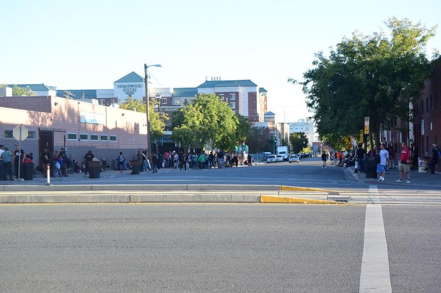 La+gente+con+failta+de+vivienda+justada+a+las+afueras+de+los+Servicios+Comunitarios+Catolicos.