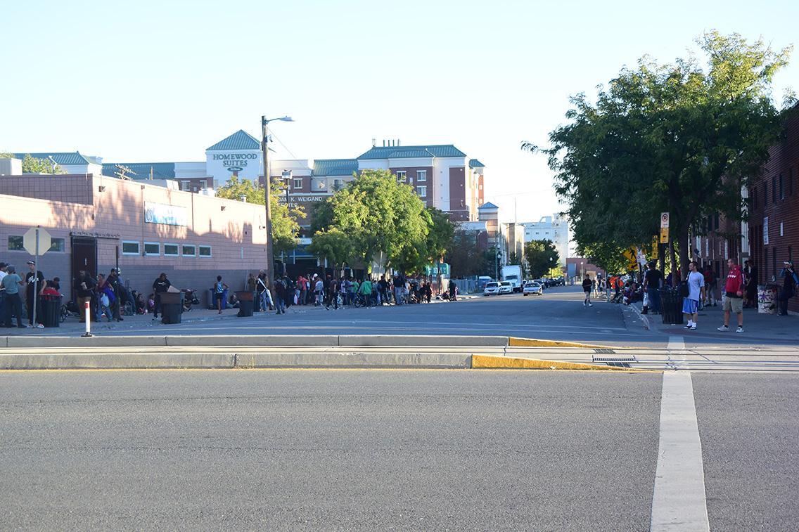 La gente con failta de vivienda justada a las afueras de los Servicios Comunitarios Catolicos.